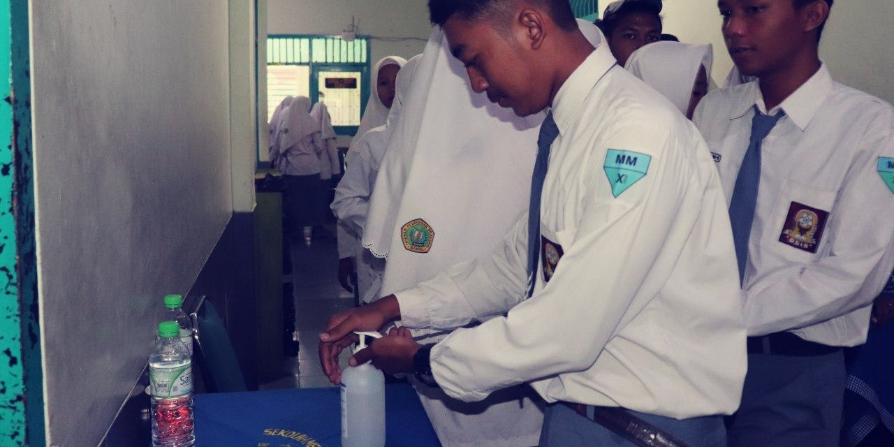 Bilas Tangan Dengan Sanitizer